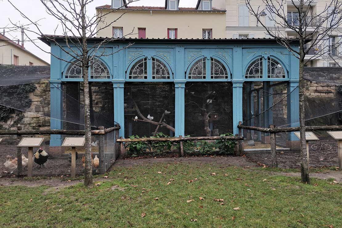 Le Pavillon bleu a été édifié lors de l'exposition universelle de 1889 à Paris et sauvé de la démolition par la Ville. Restauré et aménagé en interne, grâce au travail des agents des services municipaux, il est aujourd'hui volière aux oiseaux.