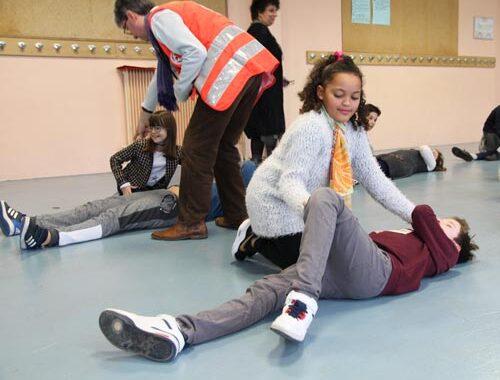 Initiation aux premiers secours pour ces élèves de CM2.