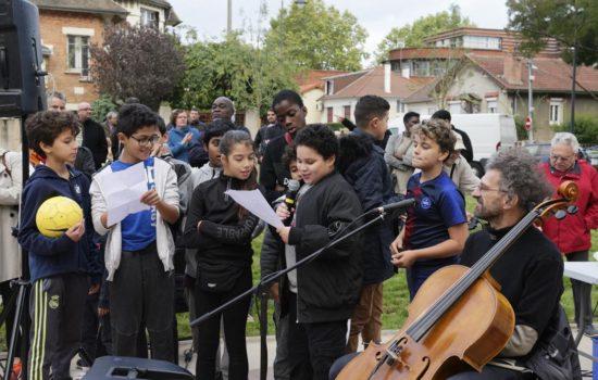 Les jeunes slameurs en compagnie du violoncelliste Mauro lors de l'inauguration du parc Liberté.